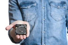 La main du ` s d'homme tient des 2 unité de disque dur de 5 pouces D'isolement sur le fond blanc Images stock