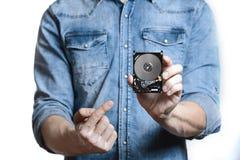 La main du ` s d'homme tient des 2 unité de disque dur de 5 pouces D'isolement sur le fond blanc Image libre de droits