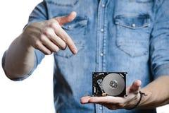 La main du ` s d'homme tient des 2 unité de disque dur de 5 pouces D'isolement sur le fond blanc Photos stock