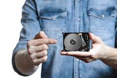 La main du ` s d'homme tient des 2 unité de disque dur de 5 pouces Sur le fond blanc Image libre de droits