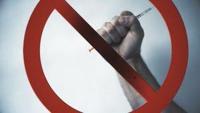 La main du ` s d'homme tient, et puis jette la seringue Victoire sur une maladie ou une toxicomanie banque de vidéos