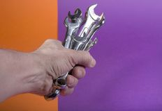 La main du ` s d'homme tient un ensemble avec des clés Photographie stock libre de droits