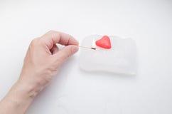 La main du ` s d'hommes tient un match sur votre coeur Photographie stock libre de droits