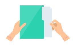 La main du ` s de femme d'affaires sort un document de dossier vert Photographie stock libre de droits