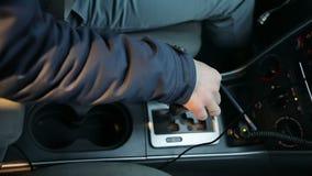 La main du ` s de jeune homme se repose sur le levier de la transmission automatique banque de vidéos