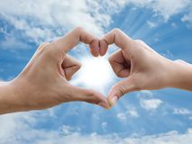 La main effectuent le signe de coeur Images libres de droits