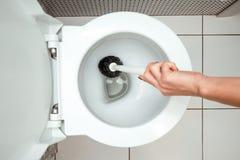 La main en gros plan et femelle lave une brosse de toilette Le concept de la propreté dans la maison, hygiène, toilette, microb photographie stock libre de droits