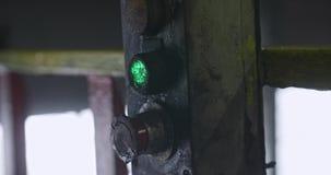 La main enfilée de gants des hommes appuie sur le bouton vert sur l'extérieur L'homme appuie sur un bouton sur un panneau sale Tr clips vidéos