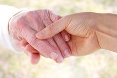 La main et le coup de main du femme aîné Photos libres de droits
