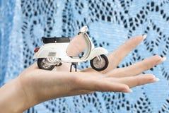 La main et le vespa Photographie stock libre de droits