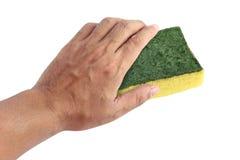 La main et la vieille éponge lavent, éponge de lavage de plat, nettoyage jaune absorbant d'éponges d'isolement sur le fond blanc photo libre de droits