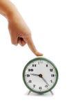 La main femelle appuie sur le bouton de l'horloge d'alarme Images libres de droits
