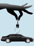 La main femelle balance la clé automatique et le véhicule sur le porte-clés Image libre de droits