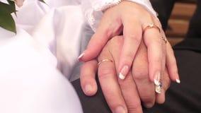 La main femelle caresse la main d'homme Anneaux de mariage en main Plan rapproché banque de vidéos