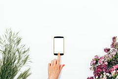 La main femelle du ` s touche l'écran avec son index Images stock