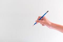 La main femelle est prête pour dessiner avec le crayon Photos libres de droits