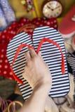 La main femelle met des bascules électroniques dans la valise photos stock