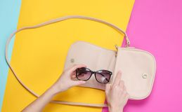 La main femelle prend les lunettes de soleil à la mode photo libre de droits