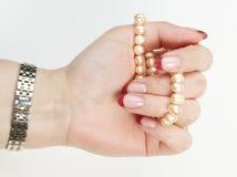 La main femelle retient l'amorçage de perles Images libres de droits