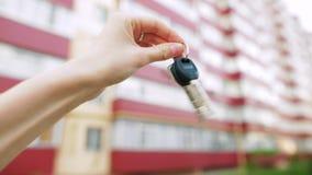 La main femelle secoue les clés d'un nouvel appartement banque de vidéos