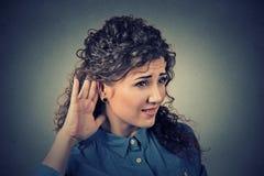 La main fouineuse de femme au geste d'oreille écoutent soigneusement secrètement dedans sur le bavardage juteux Images stock