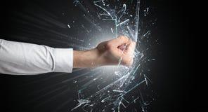 La main frappe intense et casse des verres photo libre de droits