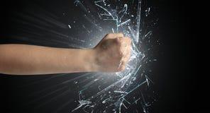 La main frappe intense et casse des verres photographie stock libre de droits