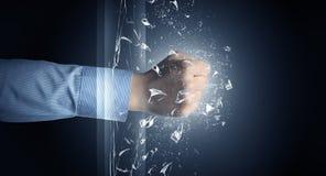 La main frappe intense et casse des verres images libres de droits
