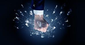La main frappe intense et casse des verres image stock