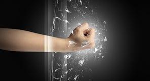 La main frappe intense et casse des verres photo stock
