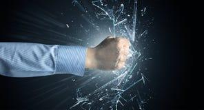 La main frappe intense et casse des verres image libre de droits