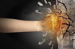 La main frappe intense et les coupures monopolisent la parole photo libre de droits