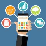 La main gardent le mobile avec des icônes du marketing Le concept de la connexion internet Photo stock