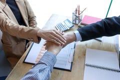 La main groupent ensemble la puissance d'équipe d'exposition de travail d'équipe de bureau du succès Photos stock