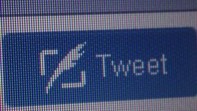 La main haute étroite de curseur de macro clique sur dessus le bouton de 'bip' de Twitter banque de vidéos