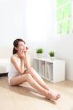 La main heureuse de femme de soins de la peau touchent son visage Photo stock