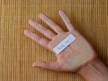 La main humaine avec le mot m'aident photos libres de droits