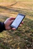 La main humaine jugeant le téléphone intelligent cassé a fendu l'écran endommagé Photos stock