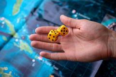 La main jette les matrices jaunes sur le terrain de jeu Chance et excitation Jeux de société de concept images libres de droits