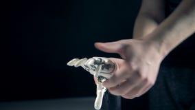 La main mécanique est réglée par un homme banque de vidéos
