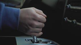La main masculine commute la boîte de vitesse dans la voiture banque de vidéos