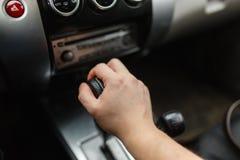 La main masculine commute le plan rapproché de transmission automatique Images libres de droits