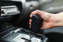 La main masculine commute la transmission automatique Photo stock
