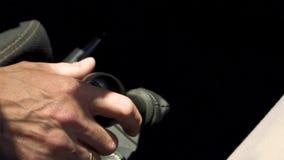 La main masculine décale la vitesse dans la voiture clips vidéos