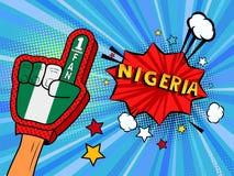 La main masculine dans le gant de drapeau de pays d'une fan de sports a soulevé célébrer la bulle de victoire et de parole du Nig Images stock