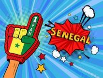 La main masculine dans le gant de drapeau de pays d'une fan de sports a soulevé célébrer la bulle de victoire et de parole du Sén Images stock