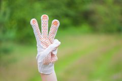 La main masculine montre trois doigts sur le fond blanc Photos libres de droits
