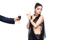 La main masculine offre à une jeune fille par verre de vin La femme refuse de boire l'alcool photos stock