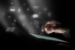 La main masculine plane au-dessus du comprimé numérique Image libre de droits