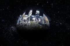 La main masculine se trouve sur le globe contre le ciel étoilé images stock